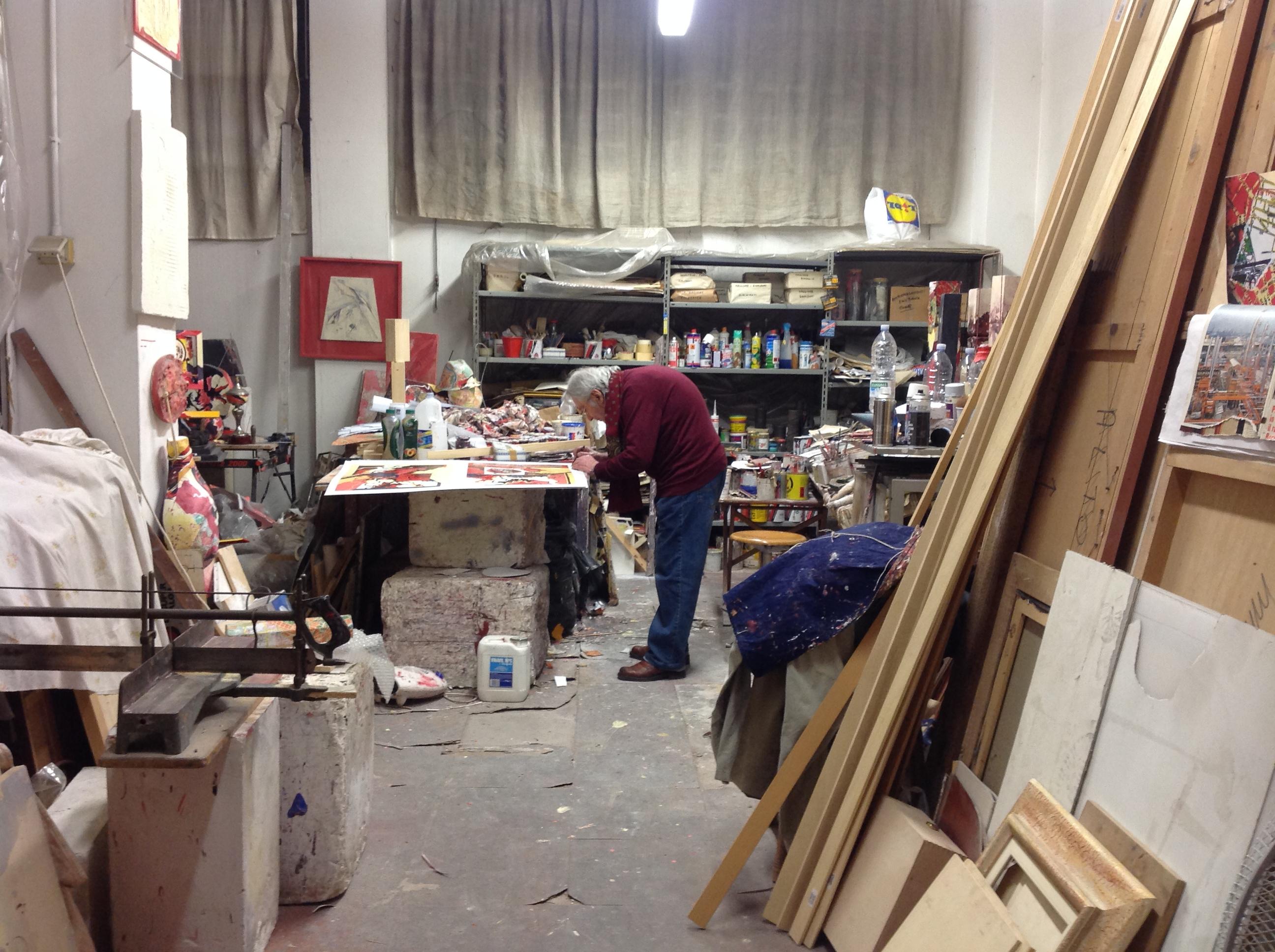 20 12 13 Mario Nanni firma le litografie donate al Progetto Arte nelle Case